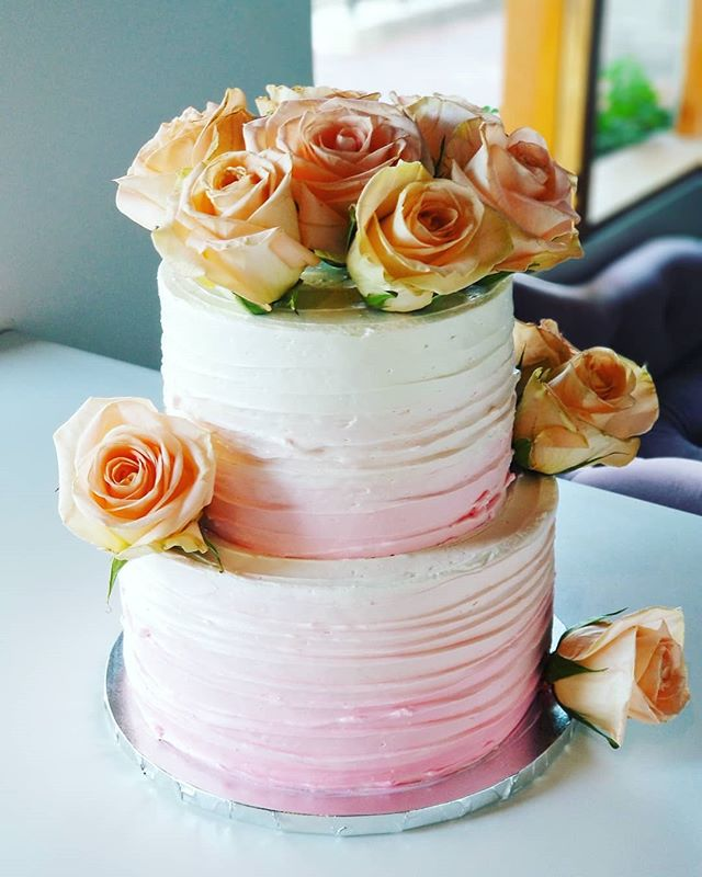 Ombre buttercream 💕 #hautesweets #occakes #ocbakery #buttercreamcakes