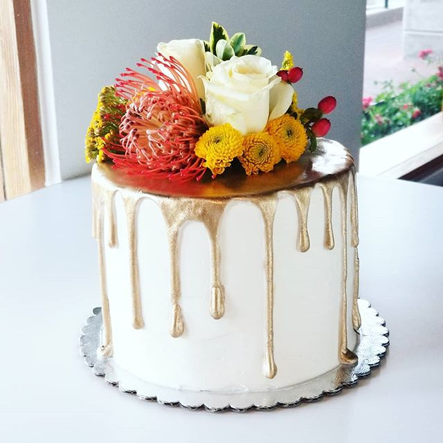 Fresh flowers obsessed 🌹 #buttercreamcakes #occakes #ocbakery #hautesweets