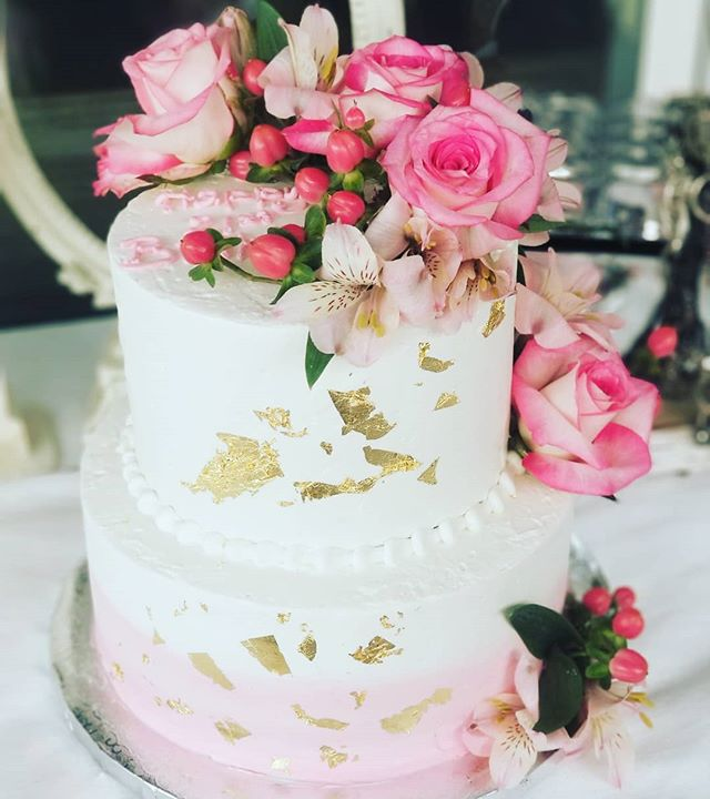 Buttercream, gold leaf and fresh flowers 💕 #buttercreamcakes #hautesweets #occakes