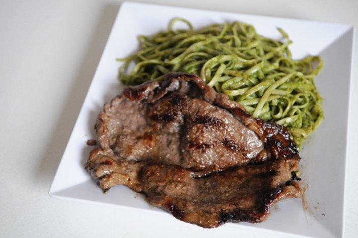 tallarin-verde-con-bisteck.jpg