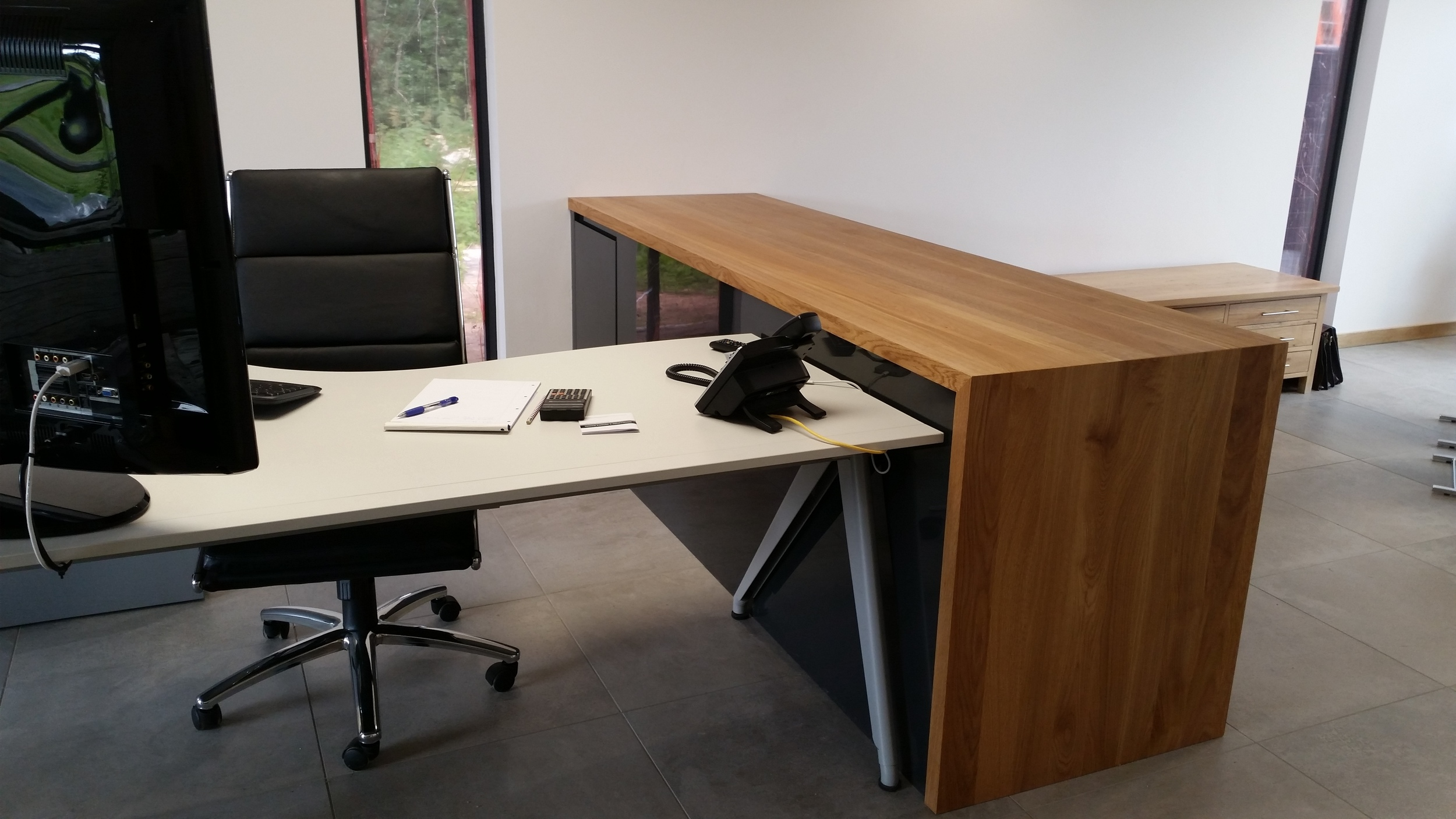 Office furniture - Full stave oak with acrylic gloss anthracite. #andymagin #meadowskitchens