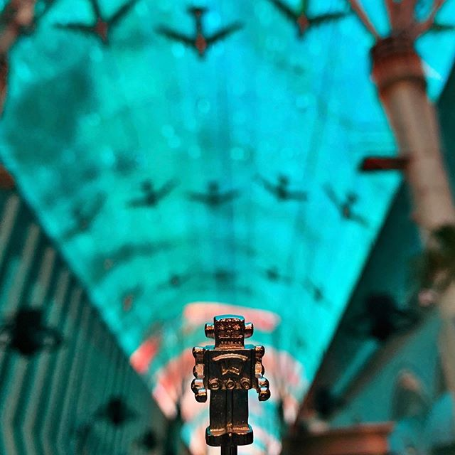 #drynkwaredoesvegas Chapter 6: Herman Stirman hits Fremont St. and hangs with his robot pals, courtesy of the @greenday @fremontstreet Experience. #whereintheworldishermanstirman #hermanstirman #robot #vintagerobot #playwithyourcocktail #originalhipstirrer #vegas #vivalasvegas #oldvegas #fremontstreet #greenday #punk