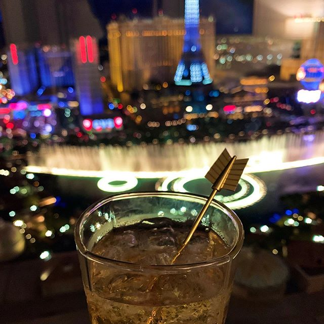 #drynkwaredoesvegas Chapter 7: Bellagio at Night. #originalhipstirrer #playwithyourcocktail #arrow #goldenarrow #vegas #lasvegas #vivalasvegas #bellagio #thestrip #bellagiofountains #whiskey #bourbon @fourrosesbourbon @bellagio