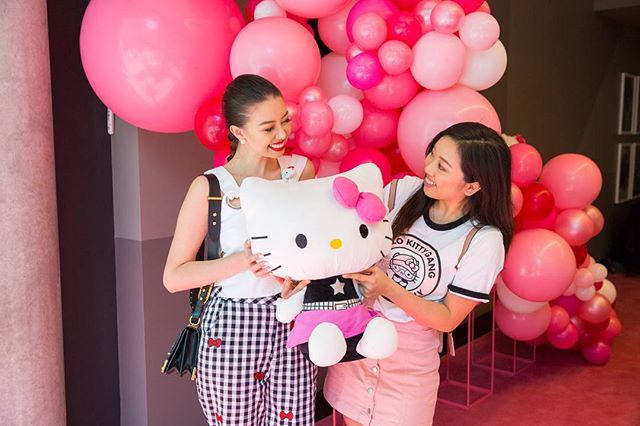 Photography for Hello Kitty @hellokittyeu #hellokittygang high tea at @QTMelbourne. Image: Beauty blogger @taramilktea and Cake Artist Kerry Tangy ( @cuppyandcake ) . Album on www.jamonyourcollar.com.au, link in bio. . @jam.on.your.collar.photography @stylecounselpr @toriallen_events @iscreamnails