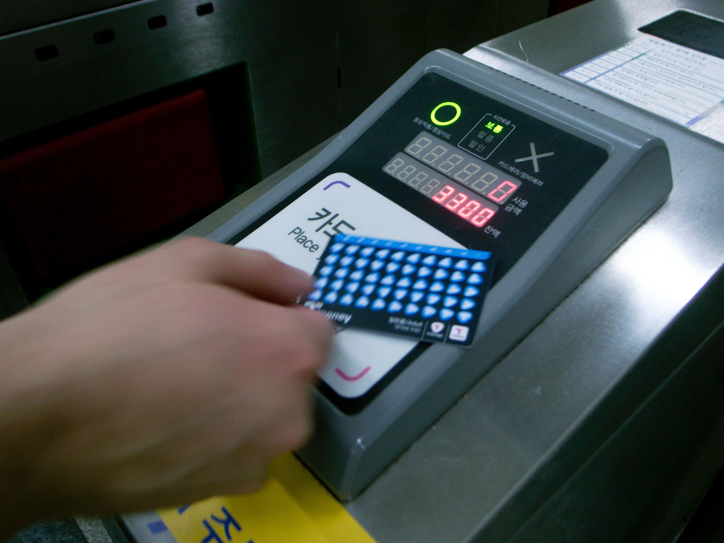 using a T-money card to pay for a subway ride (photo credit: https://www.flickr.com/photos/jooon/7677283452)