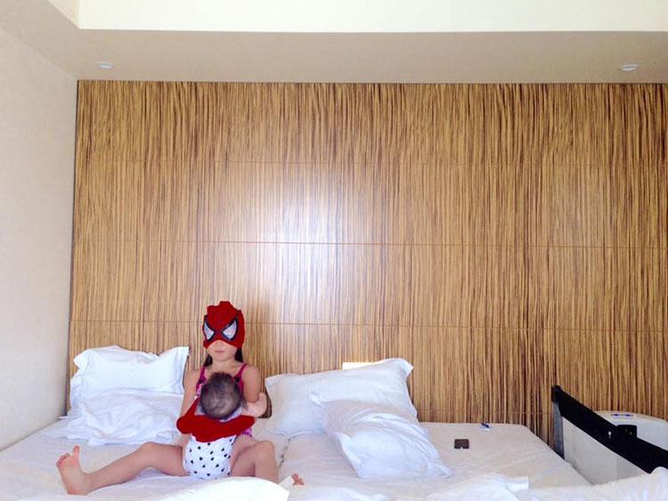 2017年USJ付近のホテルにて、娘たちと戯れながら作業
