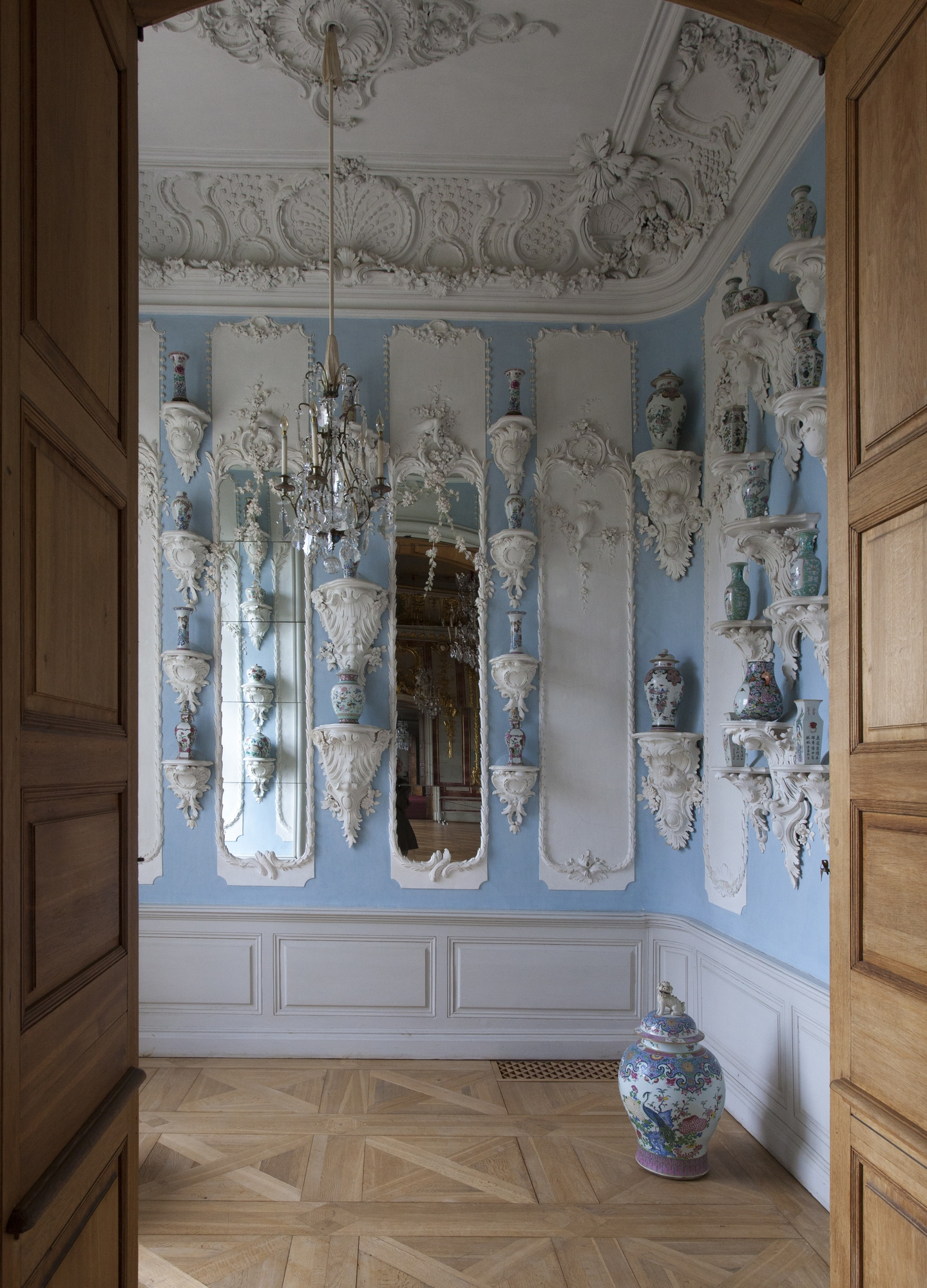 The Porcelain Cabinet is designed as a contrast to the splendour of the Gold Hall. The room displays Oriental porcelain vases placed on thirty-four decorative consoles.
