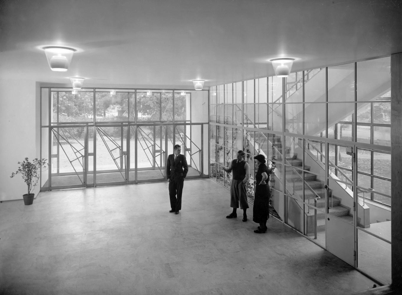 Alvar_and_Aino_Aalto_with_Aarne_Erve__1935.jpg