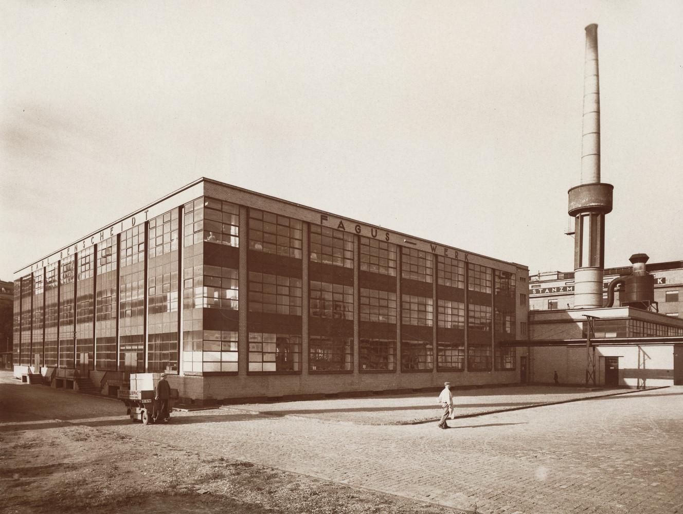 1911-1914_durch_die_Architekten_Walter_Gropius_und_Adolf_Meyer_erbautes_Fagus-Werk_in_Alfeld_Leine__Fotograf_Edmund_Lill__Provenienz_Landesmuseum_Oldenburg.jpg