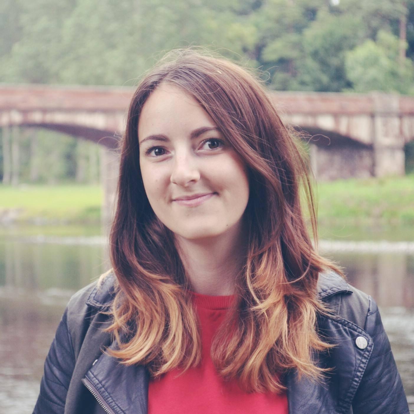 Zoe Linda Headshot.jpg