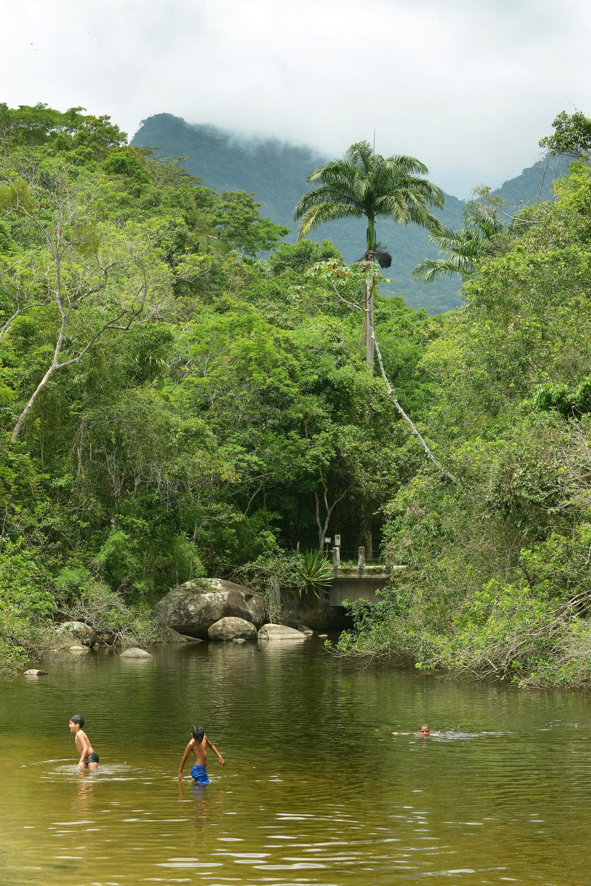 Brasilia Ilha Grande joki ja lapset