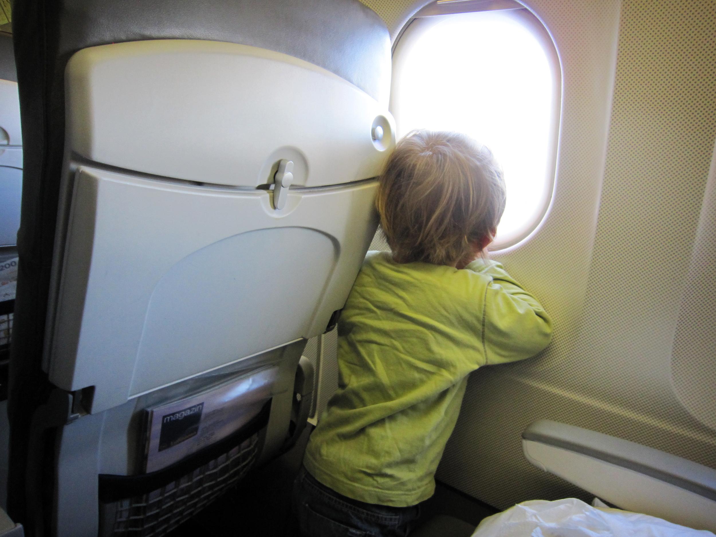 Lapsi lentokoneessa, ikkuna