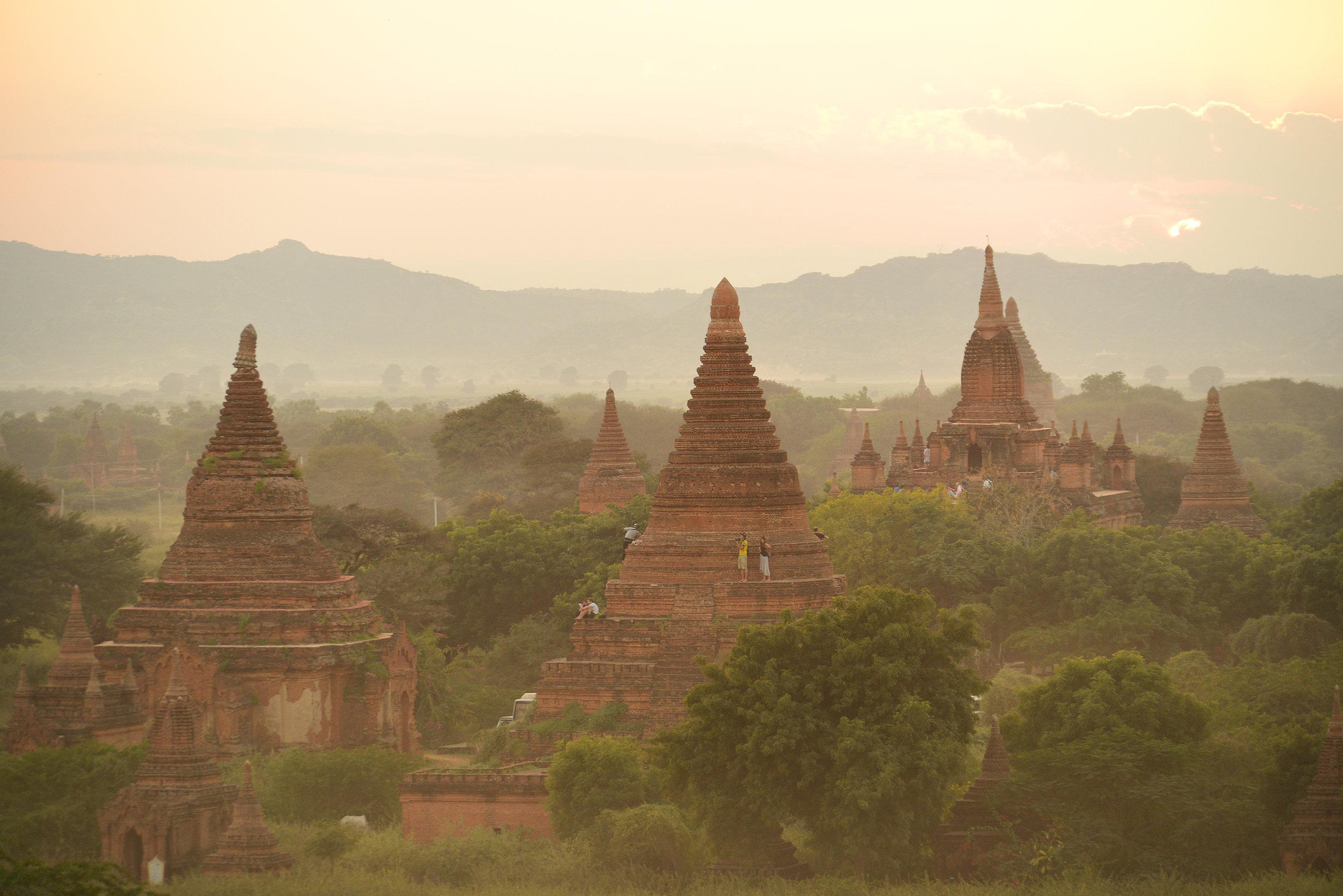 Bagan, Myanmar, Burma, temppelit, auringonlasku