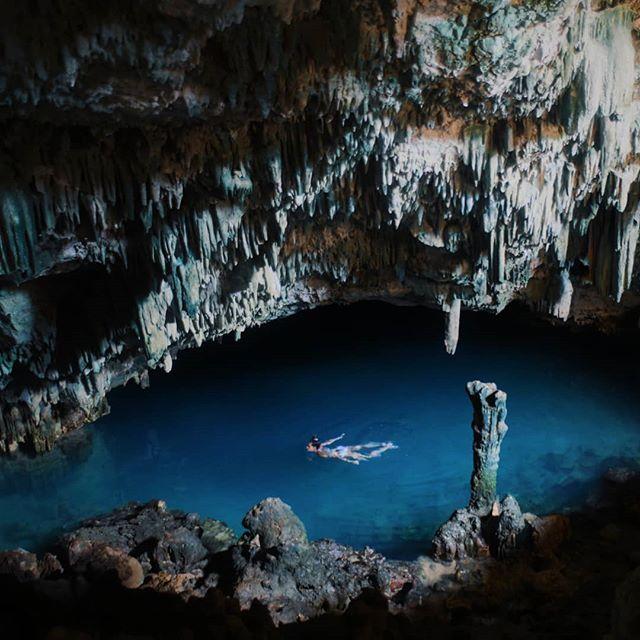 Tippukiviluolaan piiloutunut uima-allas. Hiljaista, rauhallista, täydellistä. Paikka, josta ennen matkaa en tiennyt mitään - ihana yllätys. 💙💦 #indonesia #labuanbajo