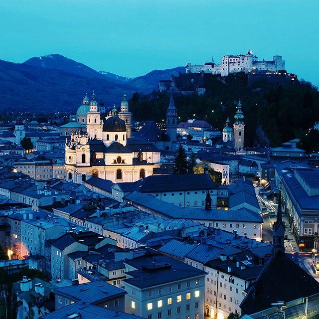 Mikä on eurooppalaiskaupungeissa mahtavinta? No tietysti tunnelmalliset vanhat korttelit jos minulta kysytään.  Tämä kuva on herttaisesta Salzburgista, mutta mikä sinusta on kaikkien houkuttelevin vanhakaupunki? #itävalta #salzburg . . . #sininenhetki #maisema #ilta #auringonlasku  #ihanavalo #kaupunkiloma #kaunista #vanhakaupunki #matkablogi #exploringtheglobe #traveleurope #austria_memories #austria🇦🇹