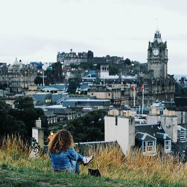 Edinburgissa on kolkkoa komeutta ja aavemaista tunnelmaa, joka hiipii ihon alle. Se ei ole suotta  Euroopan kummituspääkaupunki. 👻👻👻 #skotlanti . . . #maisema #kaupunkiloma #vanhakaupunki #matkakuume #cityview #travelingtheworld #holidaymood #vacay #dametraveler #scotlandexplore