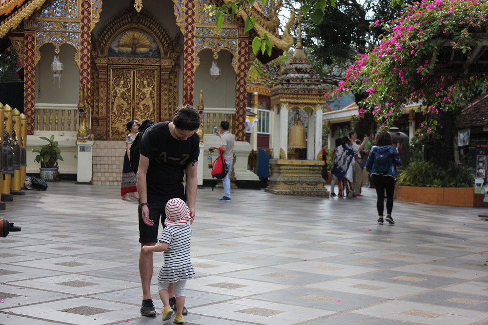 Chiang_mai_temple_with_children.jpg