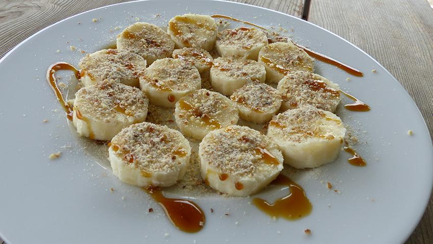 Bananen mit Erdmandelflocken und Yacon-Sirup