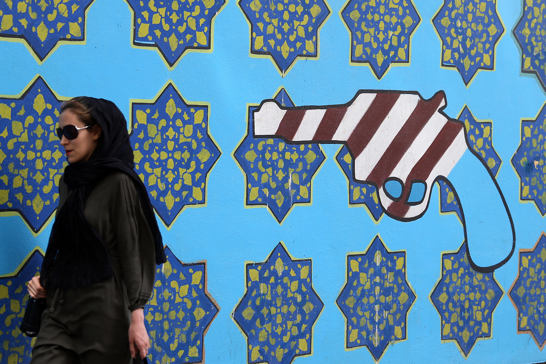 american_embassy_mural_teheran_iran_gun_flag_jeppe_schilder