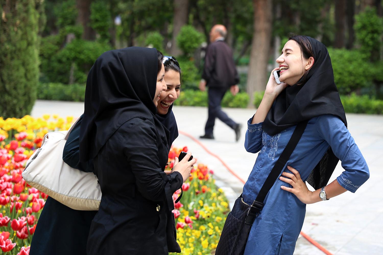 iran_teheran_park_women_girls_laughing_jeppe_schilder