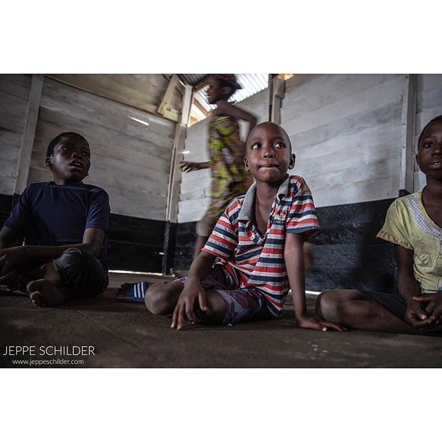 July 2018 - Refugee camp Mulongwe, DR Congo . Last year I visited the Burundian refugee camp Mulongwe in eastern DR Congo for War Child. Here, I met 8-year old Samuel. This is his story ➡️ link in bio . . . . #DRC #Congo #DemocraticRepublicofCongo #refugees #Burundi #Burundianrefugees #war #conflict #refugeechild #children #teenager #killing #humanrights #peace #Africa #everydayafrica #crisis #humanitarian #armedgroup #trauma #wartrauma #video #visualstorytelling #photojournalism #photojournalist #humanitarianphotography #storytelling #ngo #journalism