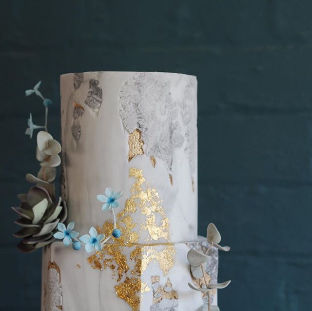 D E T A I L S // As the saying goes the devil is in the detail, and all the details were considered in this cake and I can't wait to show you the rest 😉 #moderncake #weddingcake #modernwedding #texture #marble #concrete #stone #texturedcake #cakedesigner #eastmidlandswedding #stoneeffect #goldleaf #sugarflowers #engaged