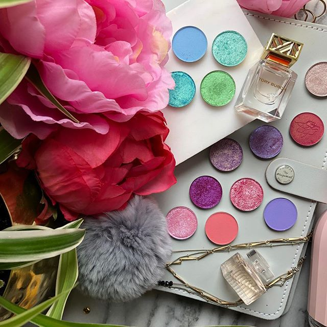 So excited that my #dreamweaver shadows from @clionadhcosmetics as arrived. I used a few of the shadows on Friday despite the name hex was my favourite shade. The purple gold duo chrome is beautiful #springflatlay #beautybloggers #bbloggersca #indieswatch #indiemakeup #indiemakeupbrands #indieandmelanin #torontoblogger #newmakeup #flatlay #prettylittlething #prettylittleinspo