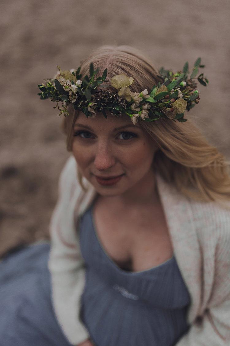sofie-gravidfotografering-utomhus-langklanning-blomsterkrans-stranden-ribban-seos-fotografi-malmo+(4).jpg