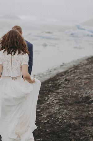 Iceland+Jokulsarlon+Destination+wedding+romantic+elegant+glaciar+lake+wedding+portraits+Brollopsfotograf+Island+seos+fotografi+(3).jpg