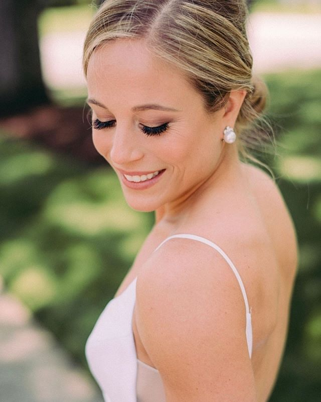 Some highlights of this beautiful bride's picture perfect wedding day! Loved making Alyssa's makeup vision come to life 😍💄 Photography by @paulfrancisphotography  Dress by @misshayleypaige  Hair by @unveiled_byanna  Makeup by @contouredbychrissy  Flowers by @katydidflorals  Bridesmaid dresses by @jennyyoonyc