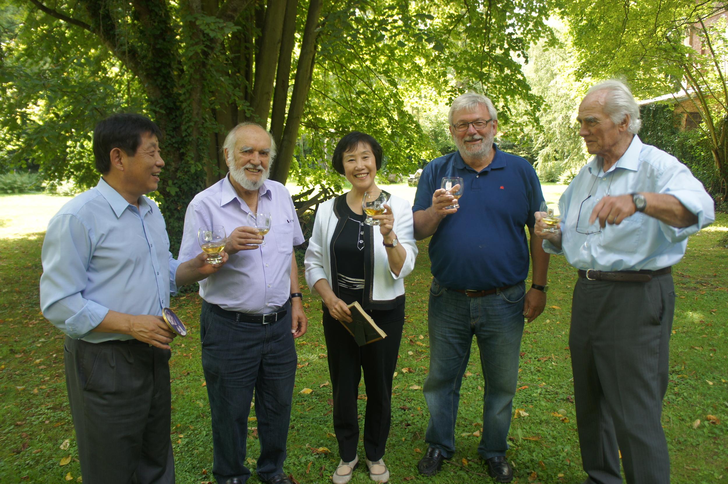 2014年张雅文在驻德外交官邓卫幸(左一)陪同下采访法肯豪森故地拿骚市三任市长.JPG