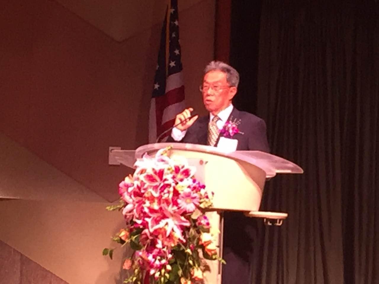 (王蒙先生上台演讲《中华文化基因》。美中作协拍摄)