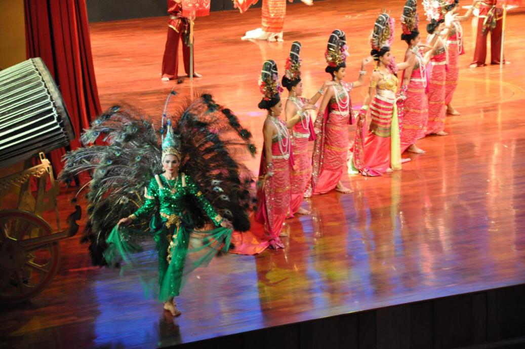 大会期间,组委会还安排与会全体人员前往泰国著名旅游胜地芭提雅观光旅游。旅行途中,来自世界的华文作家们交流互动,温馨友爱。组图为东芭乐园与芭提雅度假胜地,观赏民族歌舞演出、大象表演等。
