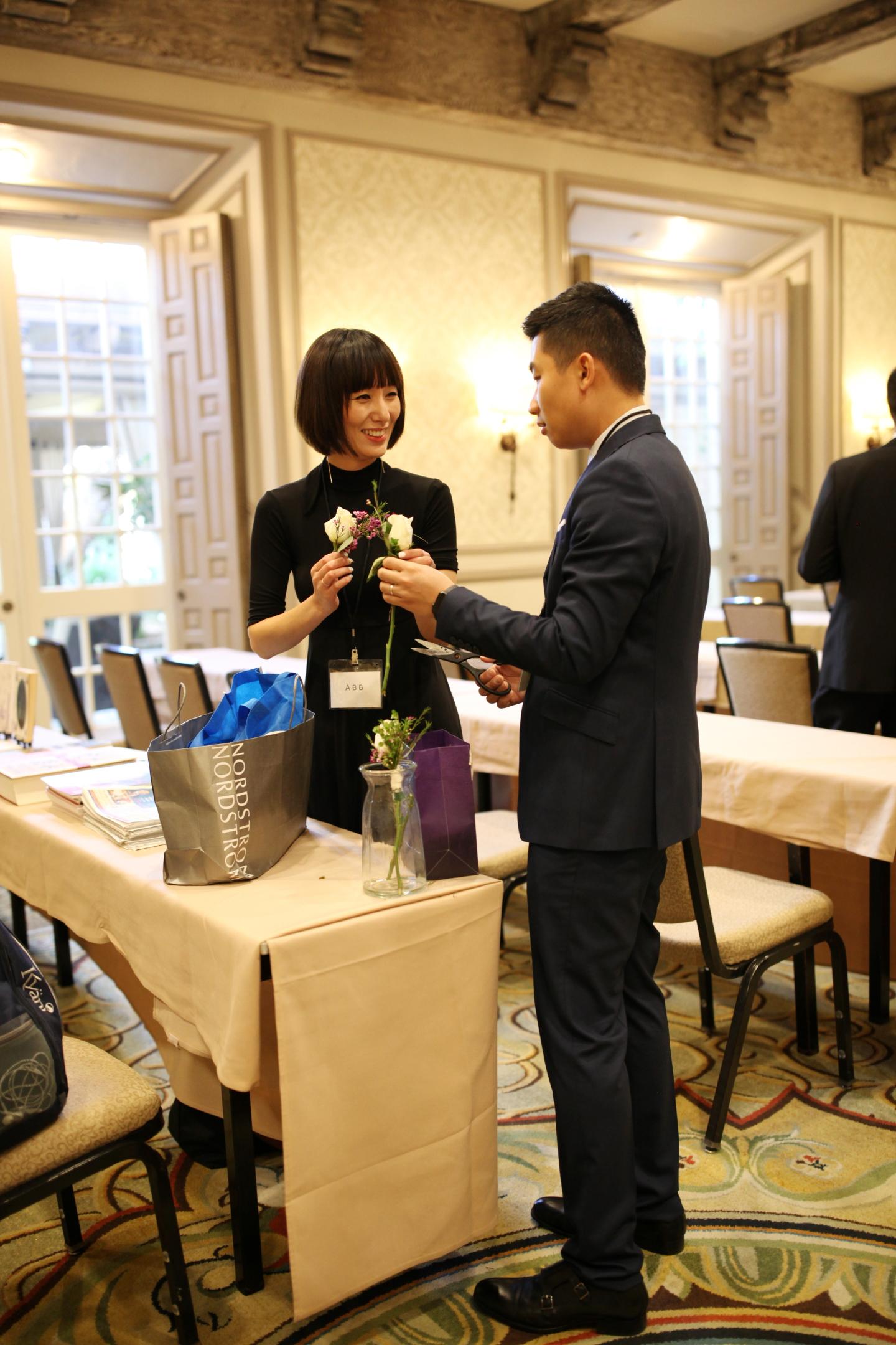 节冰为理事会成员和接受SoFun媒体采访的人员佩戴胸花