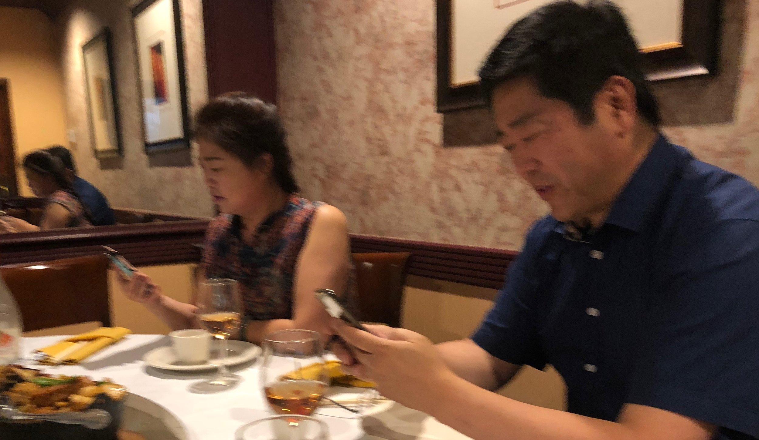 8月16日餐会上大家切磋技术。左起:主播崔萍、主播浩瀚大海