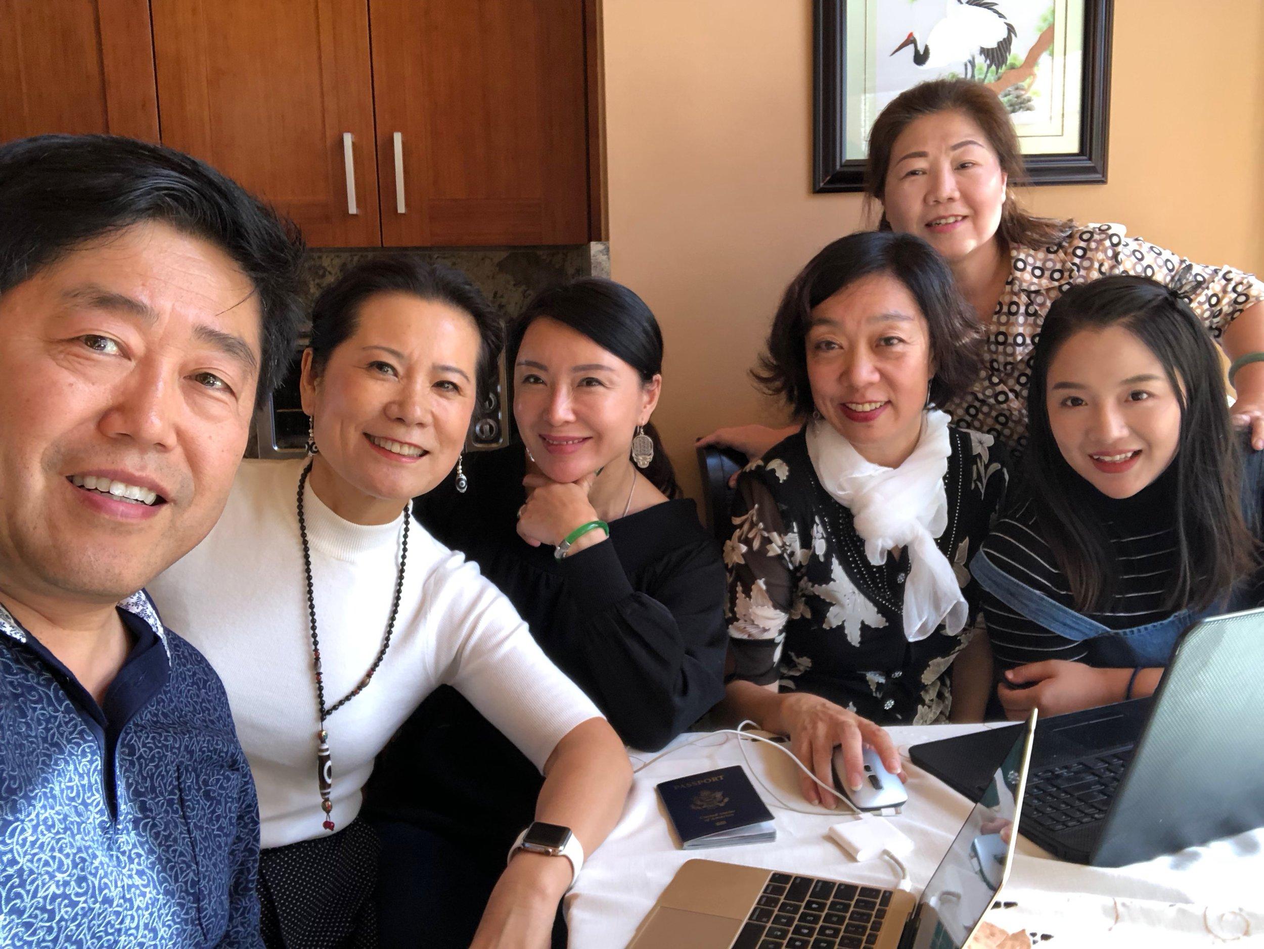 参加会议的人(左起):主播有浩瀚大海、主编木子、主播璇子、主播雅奇、主播崔萍、主播九月。
