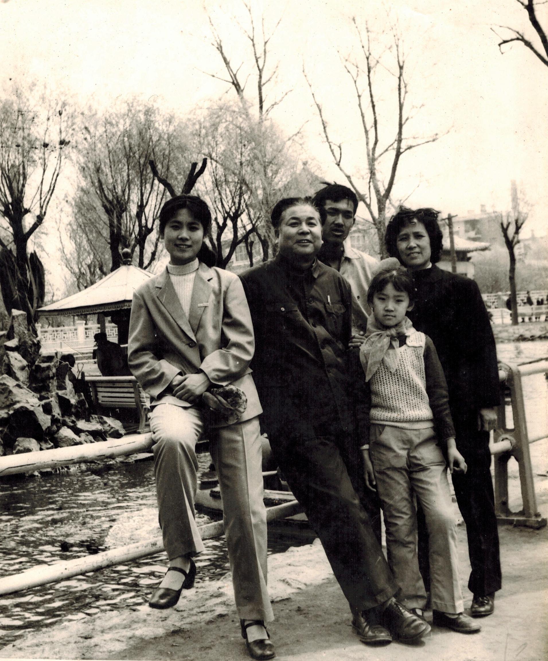 (1980年全家在哈尔滨合照)
