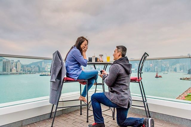 🇻🇳🇺🇸[#SurpriseProposal] Janet & Tuan // San Francisco  On their second day in Hong Kong, Tuan took Janet to the hotel bar to have some light food and to enjoy the scenery before dinner - something that they always do during travel so she didn't suspect anything. To get out from his bar stool, Tuan pretended dropping his wallet, however, Janet was completely oblivious as she was totally enthralled by the view on her left. It took her around 30 seconds before she realised Tuan was on his knee all along.... {to be continued} - Hotel: @kerryhotelhk  Photos: @susannayeung.photography  Website: susannayeung.com Email only: info@susannayeung.com