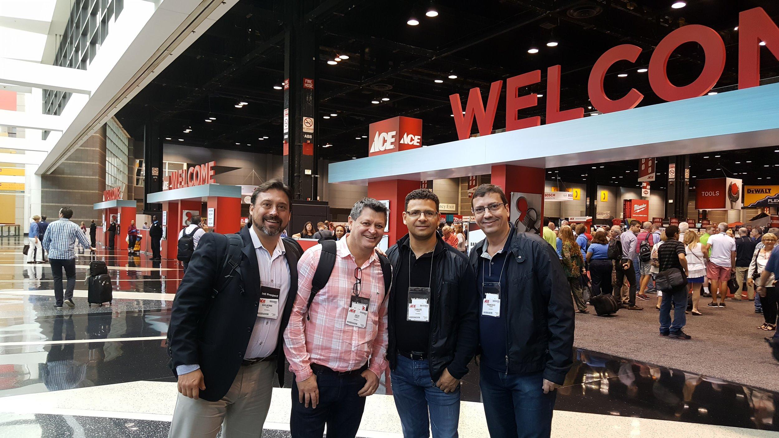 Da esquerda para a direita: Guilherme Tiezzi, Julio Pandolfo, Carlos Braga e Francisco Passos na feira da Ace Hardware