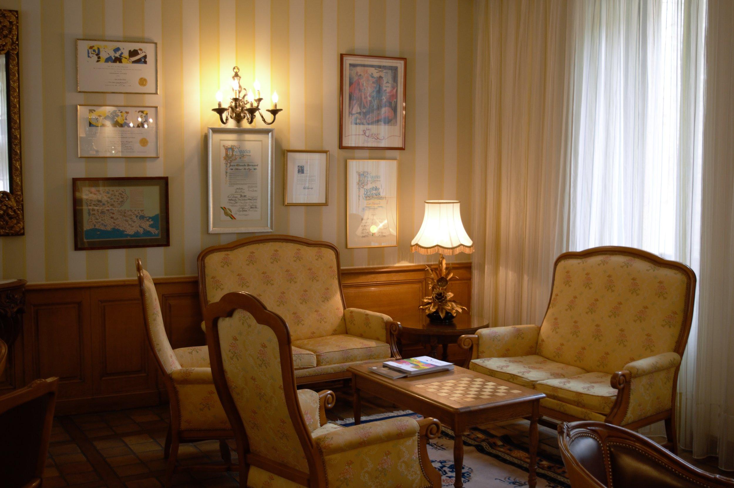 Uma das charmosas salas de estar do Hotel Le Cep