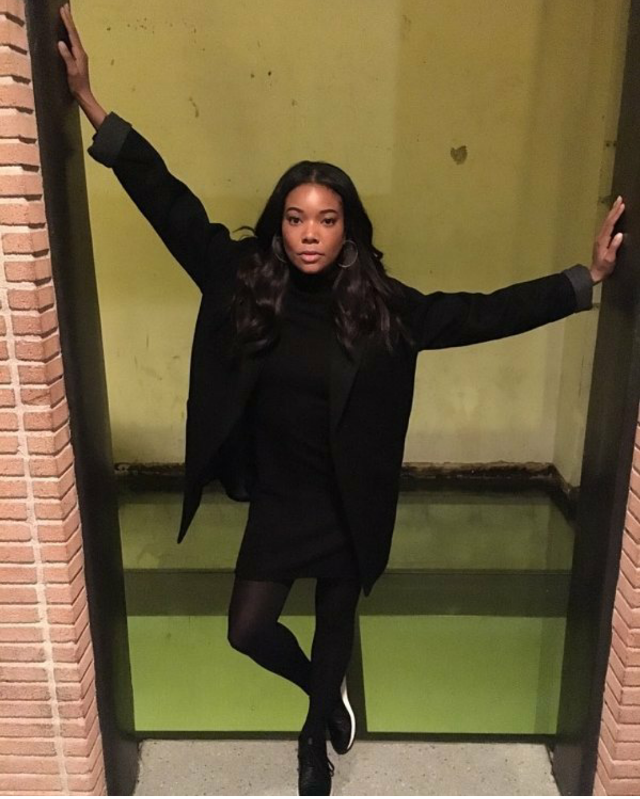 Gabby Union showed her wingspan and her sneakerstyle in an all black getup paired with tights and low-top black trainers. Tres chic!