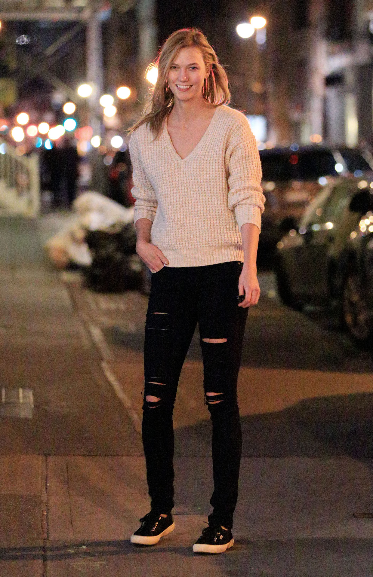 Karlie Kloss stepped out in NYC wearing  Superga Cotu Classics ,  Frame Denim Le Color Jeans in Film Noir  and a Wilfred For Aritzia Baudin Sweater in Bone.