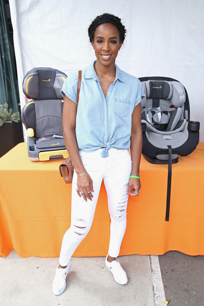 Kelly Rowland looked amazing on mommy duty this weekend in distressed denim and a cool pair of  Nike Women Classic Cortez 'Cherry Blossom'.