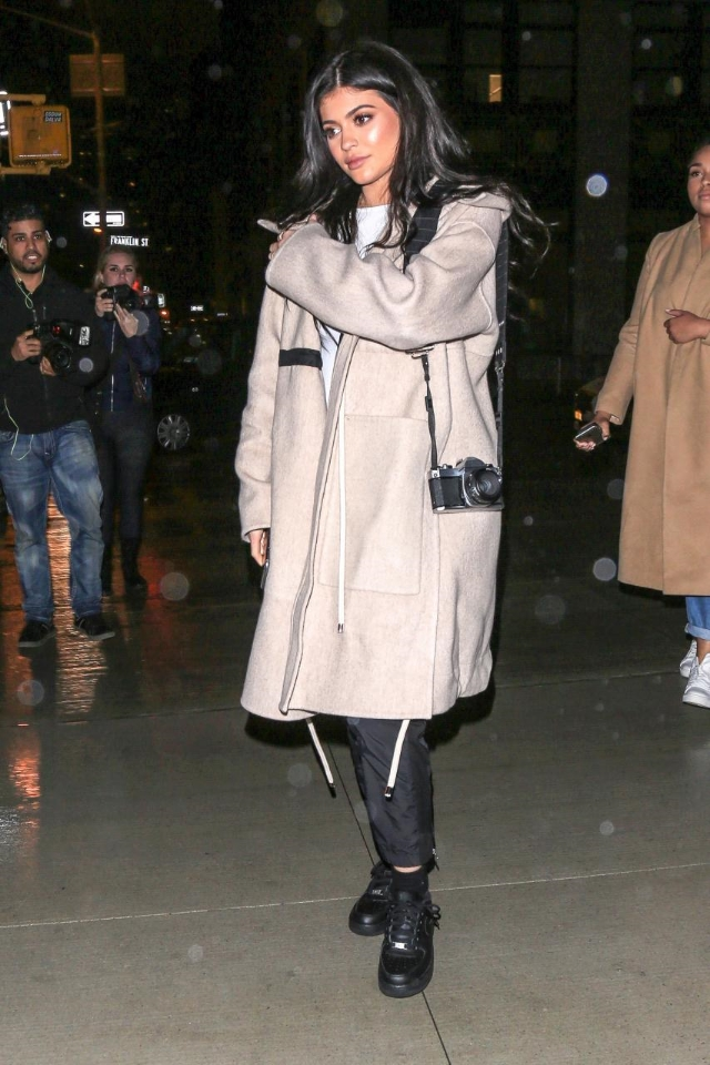 Say what you will, Kylie Jenner and her Sneaker Style moves are alright with us. Ms. Jenner took to the NYC streets over the weekend in casual joggers, a cozy cover up, and a pair of  Nike Air Force 1 Low Trainers.