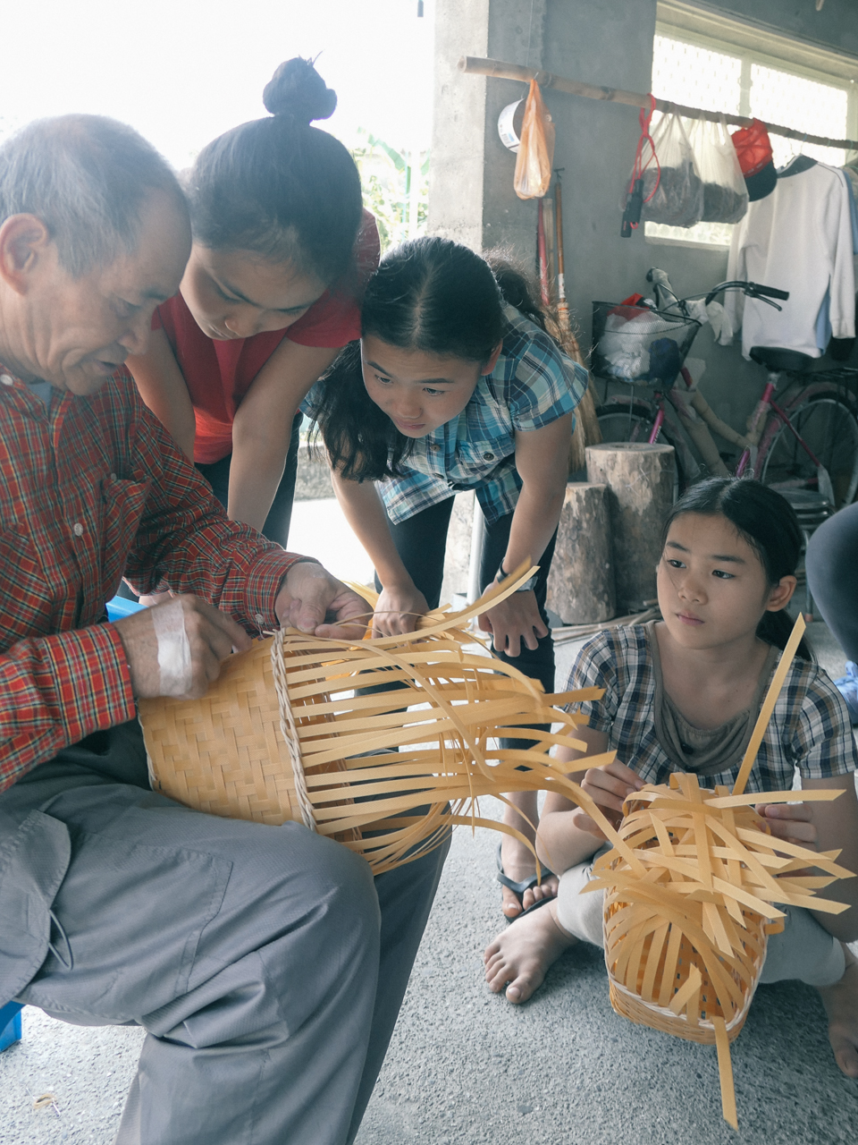 Atomo 16歲、Arigfowang 14歲、Poror 10歲,全族語的與阿公對話每一個細節。