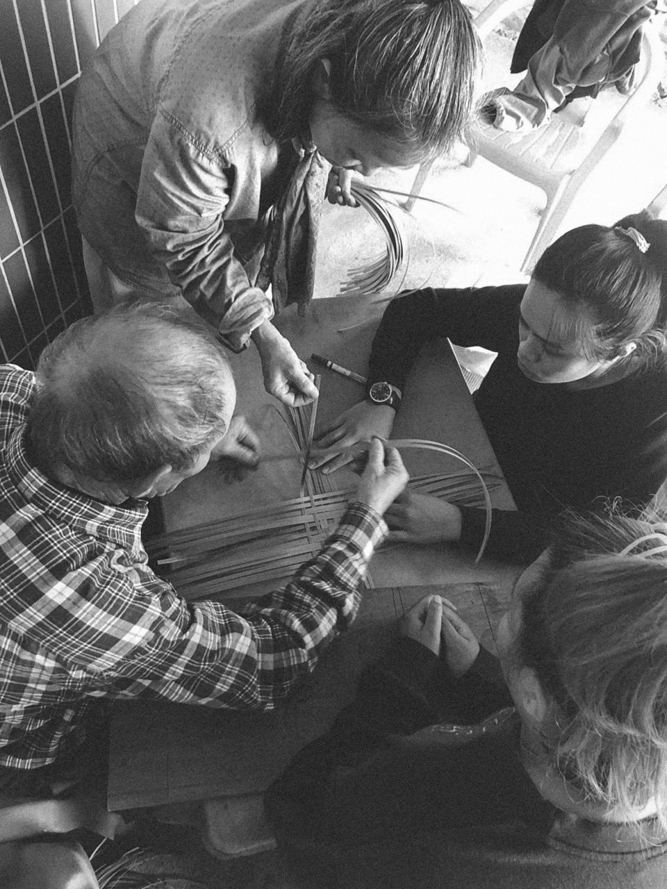 圍繞在阿公周圍的是自發學習藤編的大家,屏氣凝神地看atapes挑放的步驟。