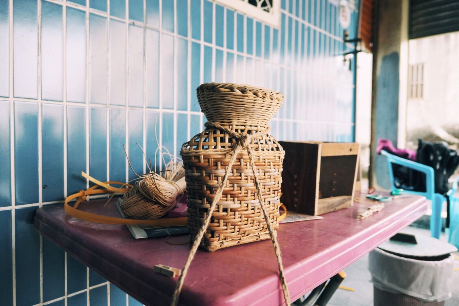 (圖中)魚簍,阿美族語為kapitan,為扁壺形,長方底,身部多以方格編法編制,頸部縮小,口部則以絞織編製。