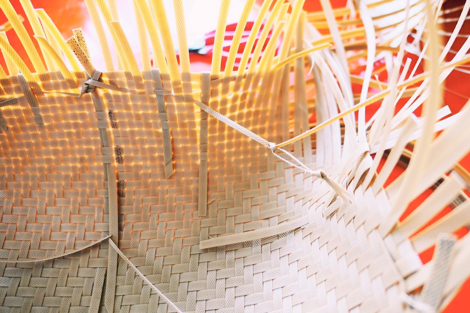 利用拉力將平面的編織變成立體的四方型
