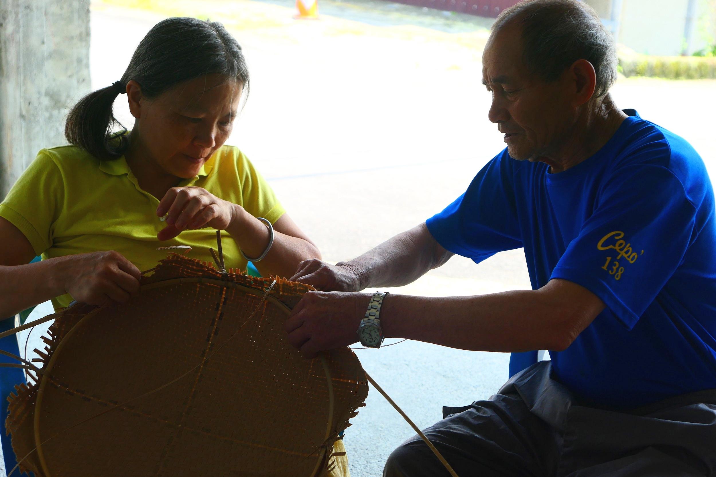 阿公正教導Nakaw老師如何處理atapes的邊緣