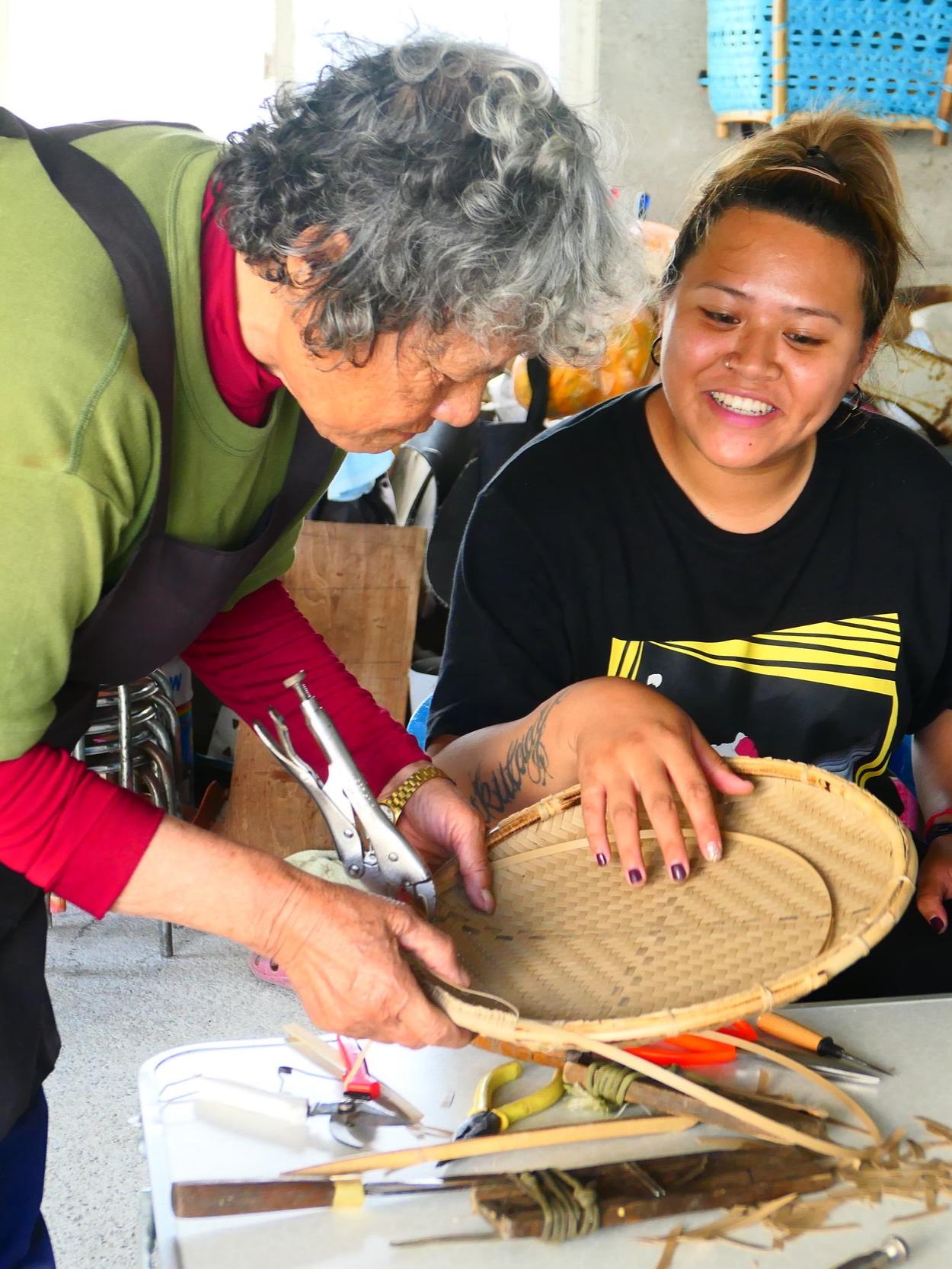 阿嬤只要在去菜園或是接孫子前的空閒時間裡,都會關心我們所製作出來的藤編,阿嬤就會像助教一樣,在一旁協助。